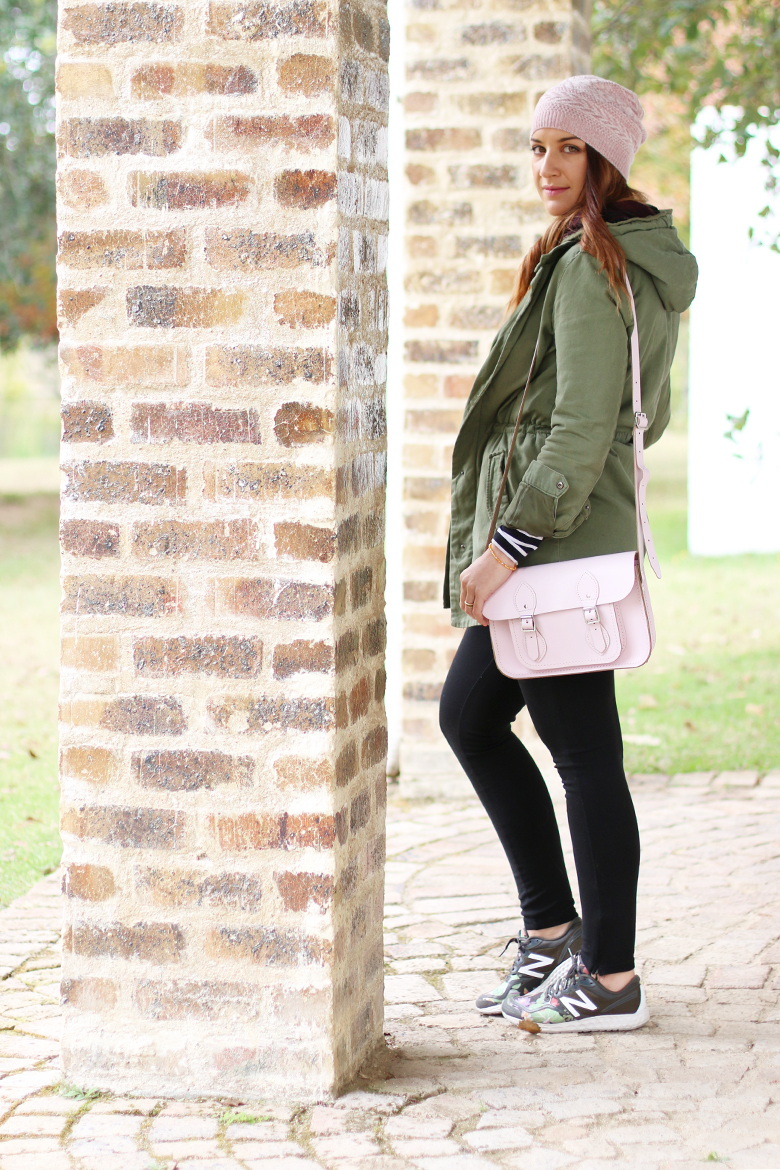 casual-weekend-outfit-green-parker-beanie-new-balance-sneakers