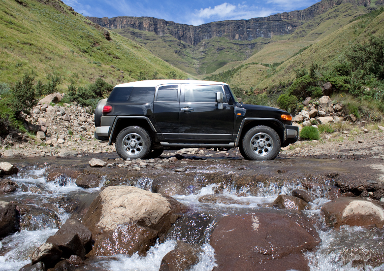 lesotho-sani-pass-adventure-blog-lifestyle-south-africa-stylescoop---going-up-sani-pass-fj-cruiser