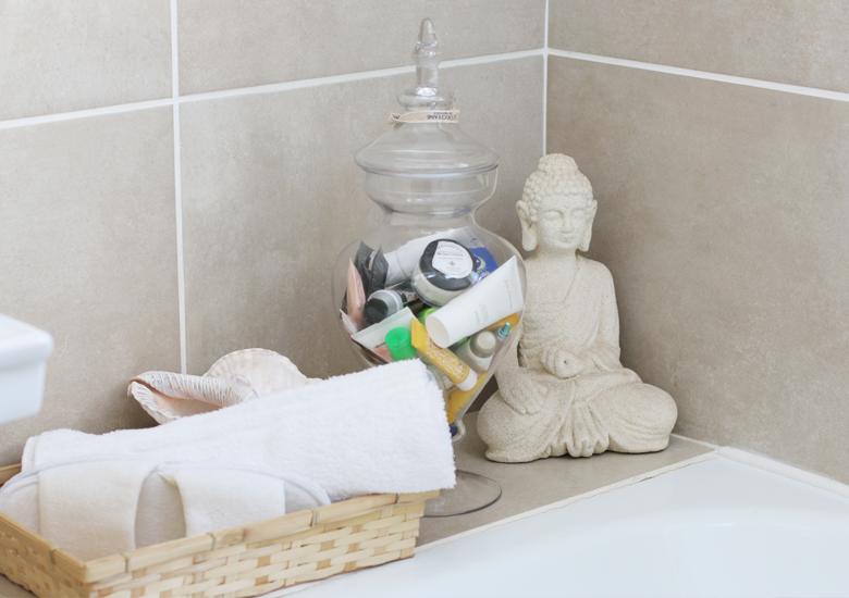 Guest bathroom hacks tips to ensure your guests are cozy for Bathroom decor hacks